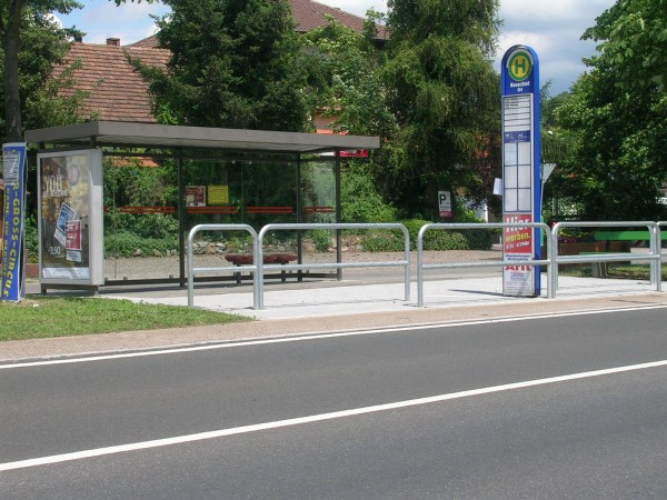 nackt an der bushaltestelle