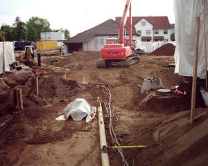 Leitungen werden gesichert oder neu verlegt. Bagger heben die Erde aus.