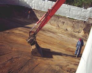 Ist alles ausgebaggert, wird der Boden glatt gemacht - mit Gefälle.