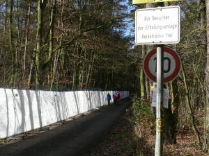 Der verlängerte Ulmenweg am westlichen Rand des Sodabuckels ist auch für Fußgänger gesperrt.