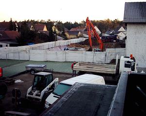 Zwei Einzelbaustellen auf einem Bild: vorne Wiederherstellung, hinten Bodenaustausch.