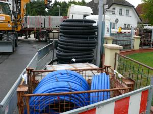 Rohre, Rohre, Rohre - für das Versuchsfeld im Ulmenweg verlegt.