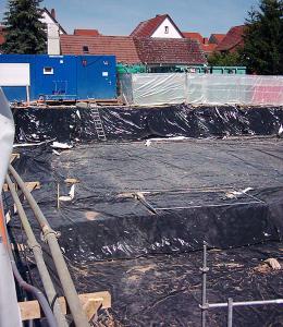 Nach Arbeitsschluss wird die Baugrube abgedeckt - damit der Wind keine Gifte verweht.