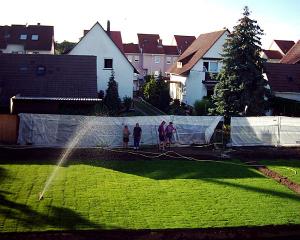 Auch Gartenwege und Gebäude werden neu errichtet.