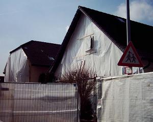 Anfangs werden die Häuser mit Folien gegen Staub abgehängt.