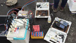 Wissenschaftler der Universität Heidelberg entnehmen Wasserproben auf dem Testfeld im Ulmenweg.